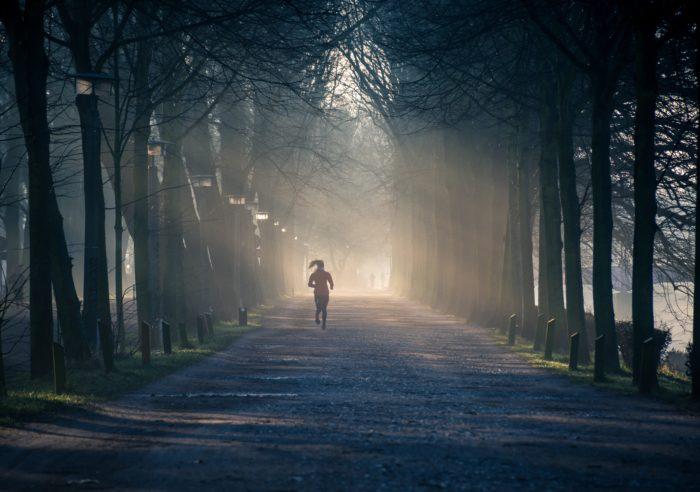 Frau joggt im nebel